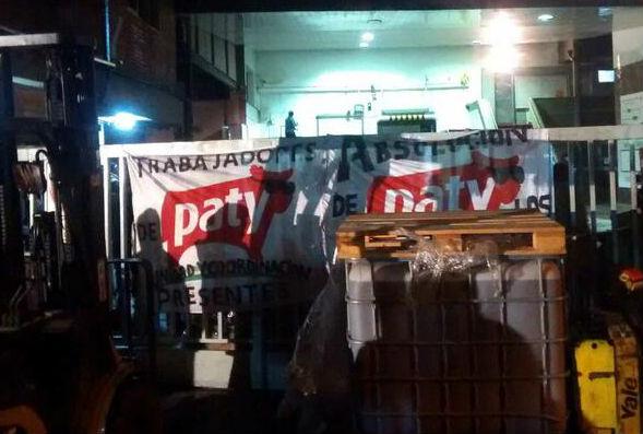 Empleados de Paty ocupan la fábrica por despidos