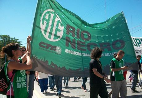 Paran docentes y estatales en Río Negro