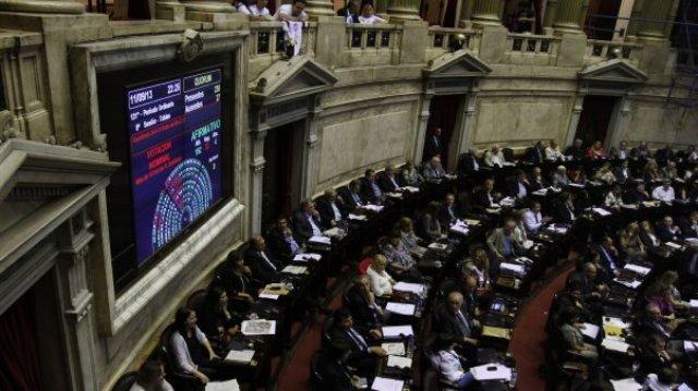 Diputados debate aumentar licencias para padres