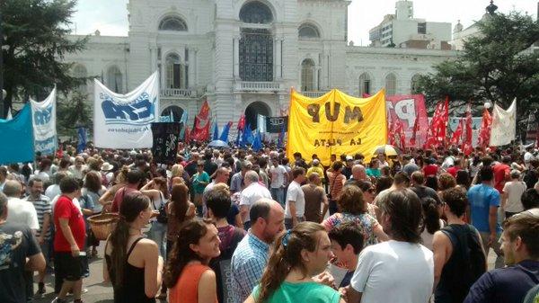La Plata: marcha contra despidos y la represión