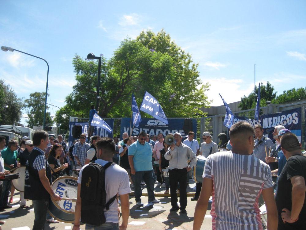 Movilización a la embajada alemana por los despidos en Bayer