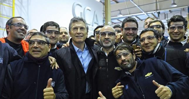Denuncian que extras hicieron de trabajadores para una foto con Macri