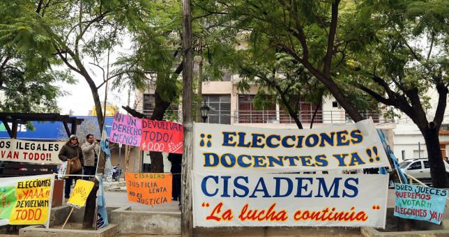 Docentes santiagueños piden que la justicia se expida sobre los descuentos salariales