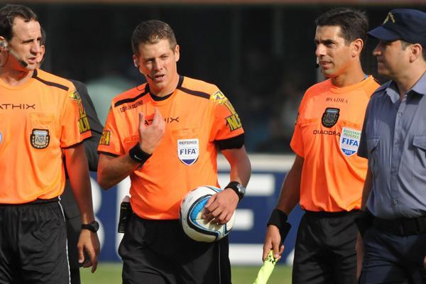 Más problemas para el fútbol: paran los árbitros