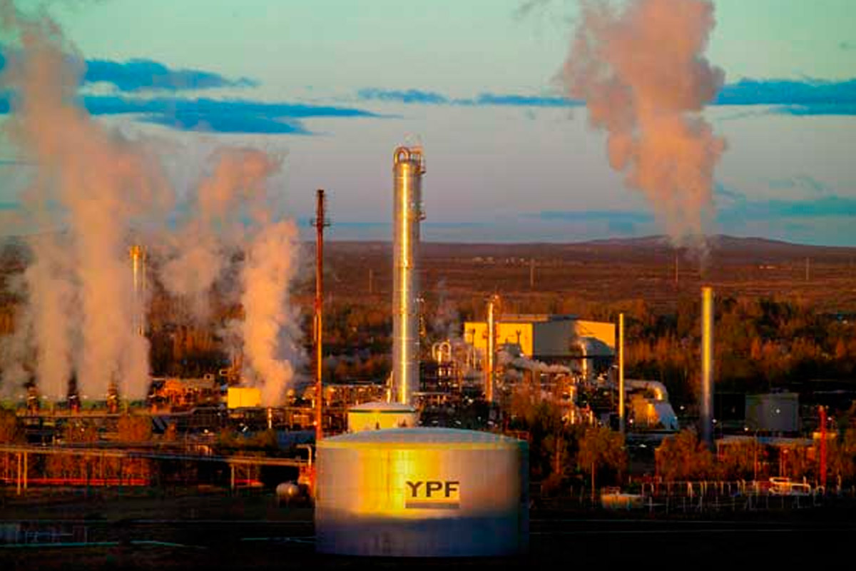 Otra vez amenazas de despidos masivos de petroleros