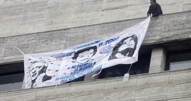 Procesan a dos militantes gremiales por colgar una bandera