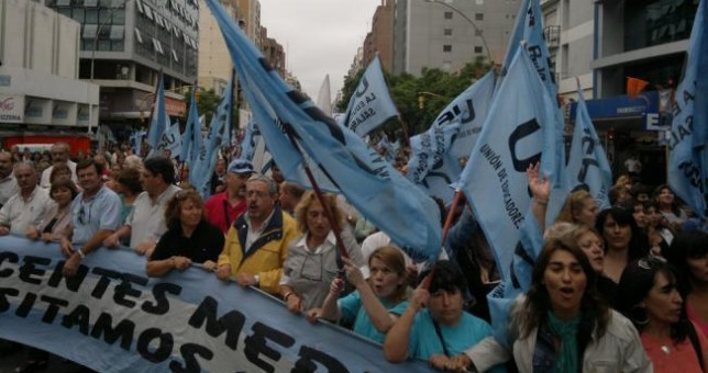 Paran y movilizan los docentes cordobeses por reapertura de paritarias