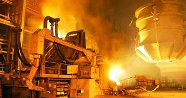 La producción de acero se desplomó 28% en un año