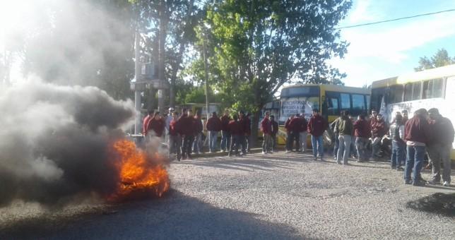 Por despidos y persecución gremial, paralizaron el acceso a La Plata