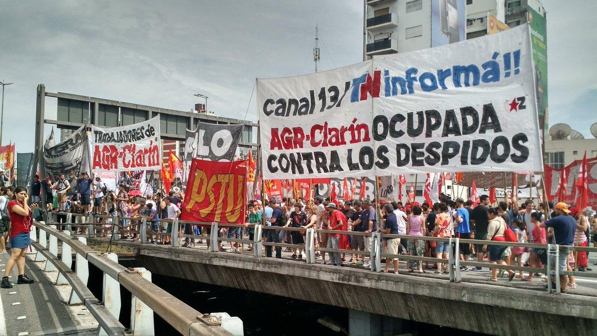 Masiva protesta de los despedidos de AGR frente a Canal 13 y TN