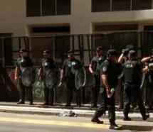 Tres mil despidos, vallas y golpes en el Ministerio de Educación