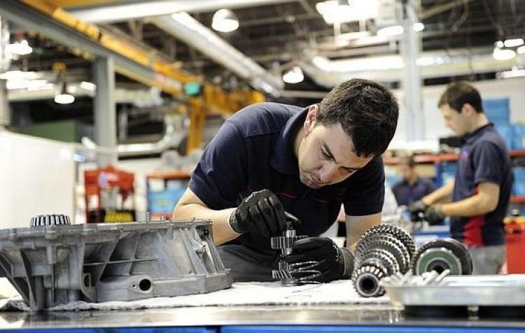 La industria se derrumbó 9,5% en febrero y sigue destruyendo empleos