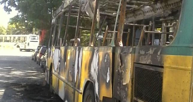 Cooperativistas quilmeños apuntan a Martiniano Molina por la quema de un colectivo