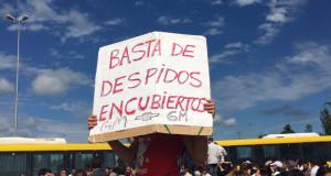 Suspendidos de General Motors se movilizan al Ministerio de Trabajo
