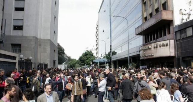 Los actores protestaron frente al INCAA