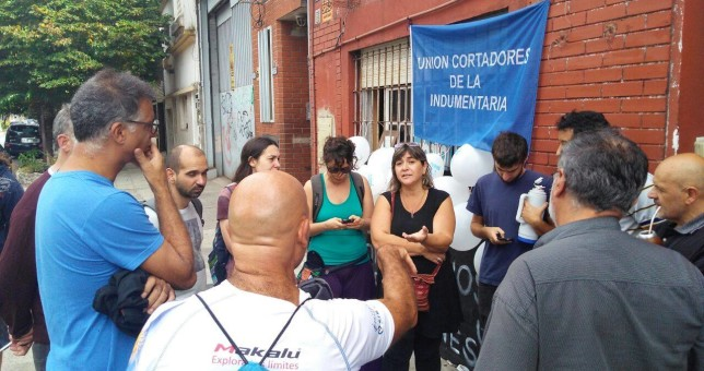 Trabajadores de la textil Globito resisten el desalojo