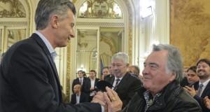 Barrionuevo dice que perdieron 25 mil empleos, pero llena de elogios a Macri