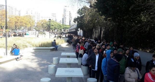 Miles de jóvenes hacen fila por una oportunidad laboral pero les ofrecen trabajar gratis