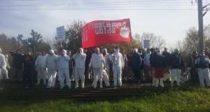 Tras un año de promesas incumplidas, trabajadores de Cresta Roja escracharon a Vidal
