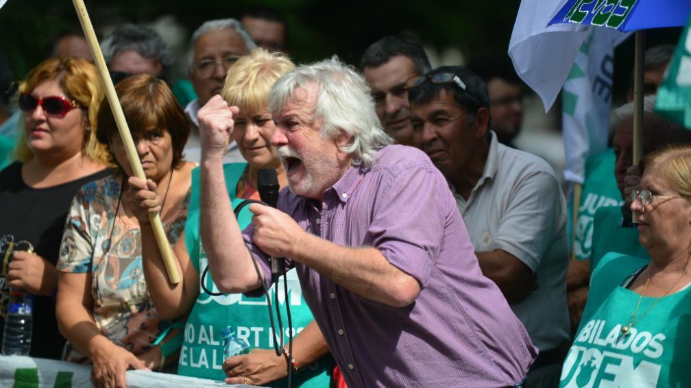 Mestre profundiza su pelea con los gremios y jubila por decreto al líder de los municipales
