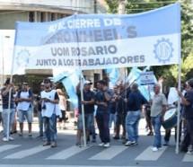 Mientras esperan la reapertura, empleados de Mefro Wheels reclaman el pago de los subsidios