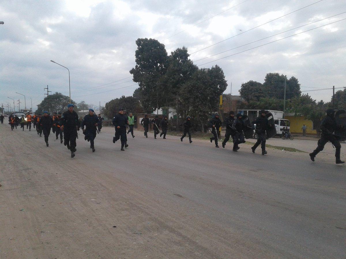 Como en la dictadura: reprimen una protesta de municipales jujeños y los encierran en el ingenio Ledesma