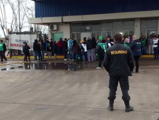 Despidos, protesta y retiros voluntarios en Tabacalera Argentina