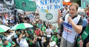 Estatales marchan a la gobernación por paritarias y contra el techo salarial del 10% de Vidal