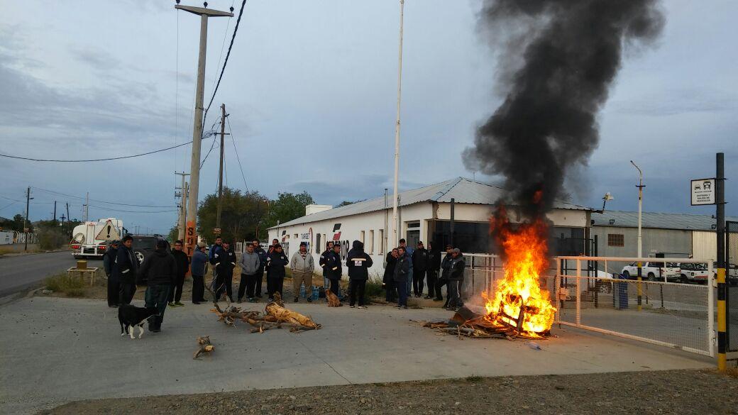Sinopec va por 800 despidos en Santa Cruz y los gremios paralizan los yacimientos