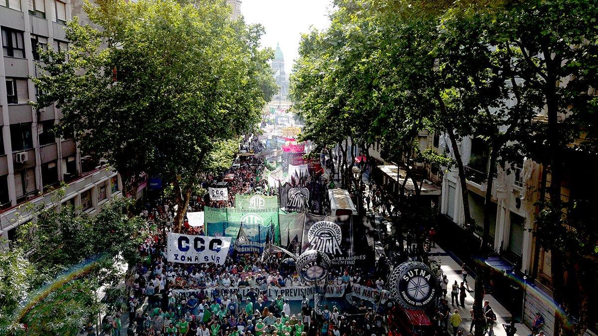 """Otra plaza colmada y amenazas de cortes de rutas y con """"rodear el Congreso"""" para que fracase la reforma laboral"""