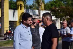 el diputado Marcos Cleri con trabajadores de Fabricaciones