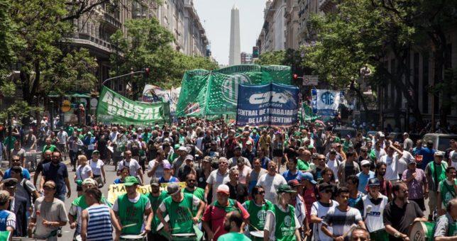 Estatales paran por los despidos en la Provincia y marchan a la Gobernación para visibilizar el rol de Vidal