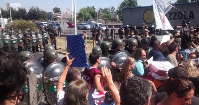Protesta contra los despidos en el Posadas, en medio de una fuerte custodia de Gendarmería