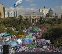Multitudinaria movilización contra el techo salarial y el ajuste de Vidal