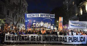 Multitudinaria marcha de antorchas contra el ajuste a las universidad públicas