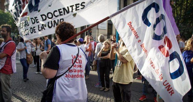 Docentes y científicos encabezarán una marcha de antorchas en defensa de la universidad pública y el salario