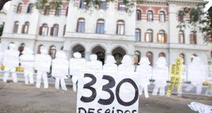 """""""Siluetazo"""" para denunciar los 330 despidos en Agroindustria"""