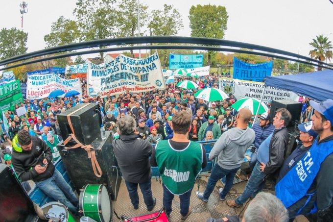 Imponente marcha de los municipales contra Ferraresi