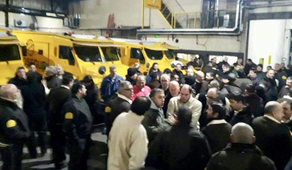 Con asambleas de dos horas por turnos, Camioneros empezó su pelea salarial por el 27%
