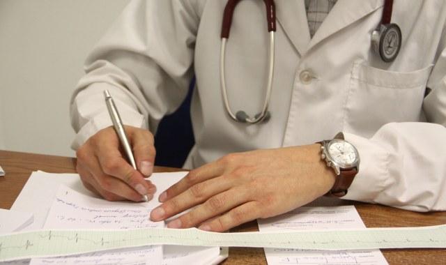 El gremio asegura que hay 75 mil médicos que trabajan  en negro