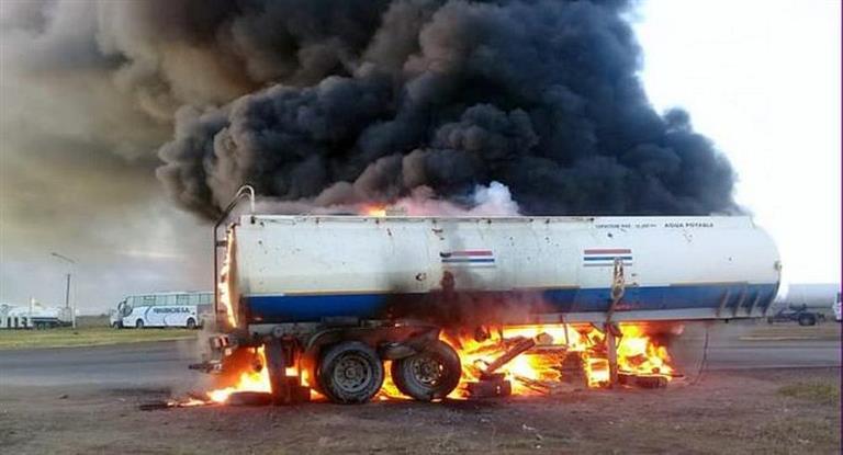 Furia y un remolque quemado, en una protesta de camioneros contra despidos