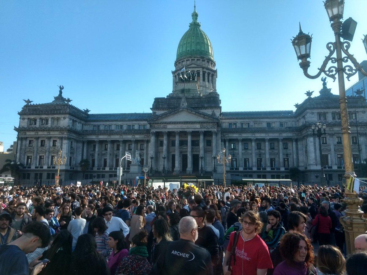 Miles de científicos y docentes colmaron Plaza Congreso contra el ajuste en Ciencia y en Educación Superior