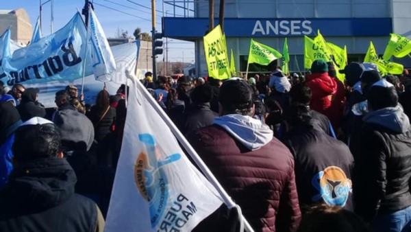 Se levanta Puerto Madryn y amenaza con cortar rutas contra el decreto que recorta asignaciones familiares