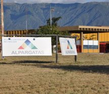 Alpargatas extiende el ajuste: cierra dos plantas y despide 445 operarios