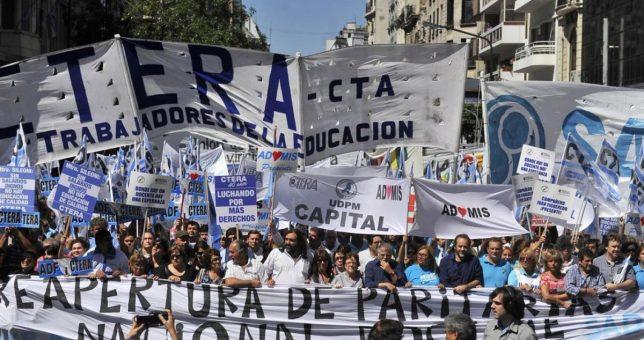 """""""No tenemos miedo"""", gritaron decenas de miles de docentes luego del ataque a la maestra de Moreno"""