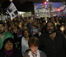 Marchas de antorchas coparon las plazas para reclamar respuestas por el ataque a la maestra
