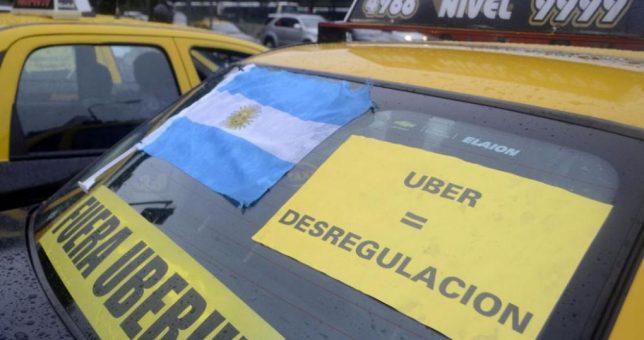 Los peones de taxi en alerta y movilización por la absolución de un chofer de UBER