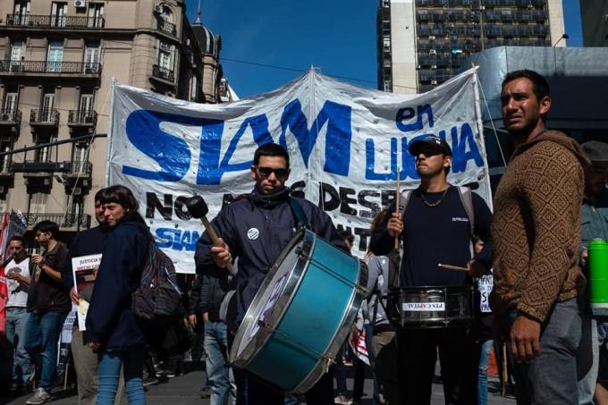 Despedidos de SIAM marchan a Trabajo en busca de respuestas