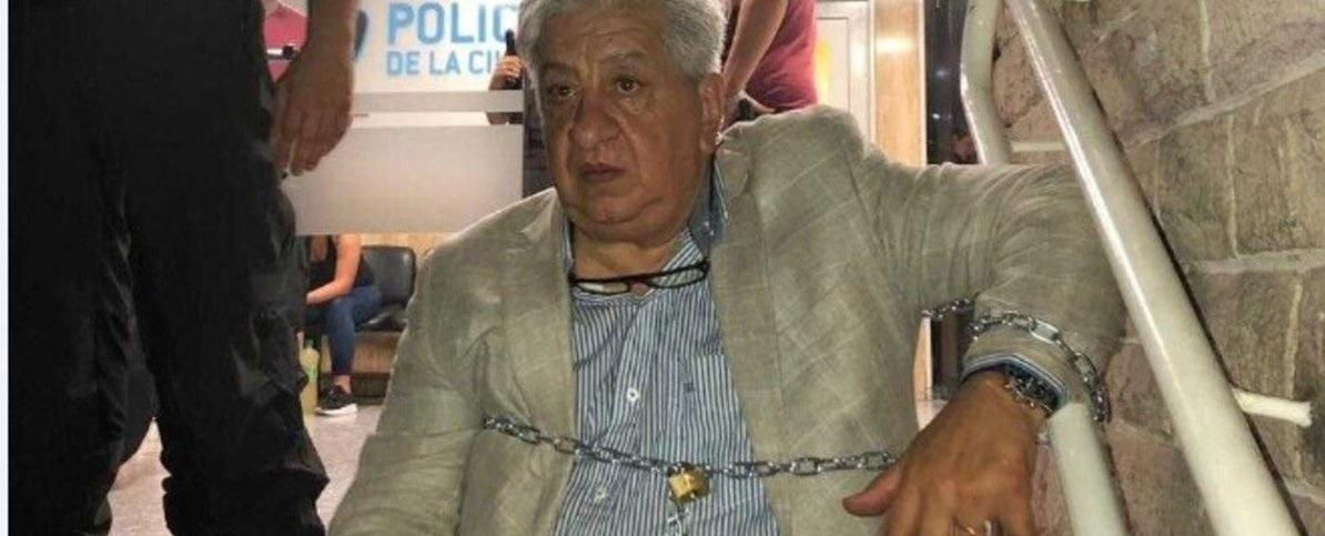 Piumato se encadenó en una comisaría de Floresta para que liberen a una abogada detenida por un incidente automovilístico