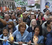 Gremios y organizaciones sociales lideraron una masiva marcha de antorchas contra los tarifazos